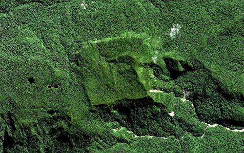 Quadratisches Plateau im Becken des Río Timpia — aktuelles Forschungsgebiet von Thierry Jamin